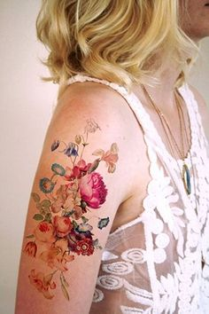 colorful flower tattoo on upper arm Pretty Flower Tattoos, Small Flower Tattoos, Cute Small Tattoos, Small Tattoo Designs, Flower Tattoo Designs, Back Tattoo Women, Tattoos For Women, Festival Accessoires, Continuous Line Tattoo