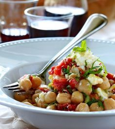 Chick peas with sun-dried tomatoes, spring onion, mint and feta Clean Recipes, Cooking Recipes, Healthy Recipes, Appetizer Salads, Appetizers, Food Wishes, Greek Dishes, Cold Meals, Greek Recipes
