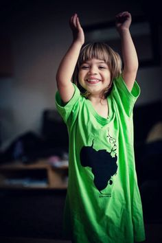 www.sunrastore.net / T-Shirts Bio et sérigraphies en édition limitée.  Photo / www.mamazelle.com #tshirt #sunra #sunrastore #love #africa #afrique #child #happy #green #bio #store