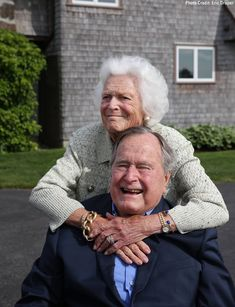 Former President George H. Bush and Former First Lady Barbra Bush at their compound Past Presidents, Greatest Presidents, American Presidents, Barbara Bush, Laura Bush, George Bush Family, Bush George, George Hw, Barbara George