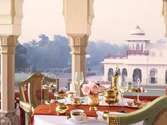 Between richness, opulence and exquisiteness you can rest like once the kings and princess of #India in the hotel #Rambagh Palace.