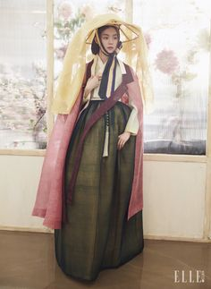 저고리와 안감의 색이 은은하게 배어 나오는 치마, 어깨에 걸친 장옷과 머리에 쓴 너울, 노리개는 모두 Traditional Korean Costume Kim Young Seok.