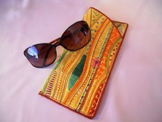 Sunny Eyeglass Case -- another simple project playing with the stitches on your machine. Scrap Fabric Projects, Fabric Scraps, Sunnies, Sunglasses Case, Sewing Hacks, Sewing Tips, Sewing Ideas, Purse Patterns, Easy Projects