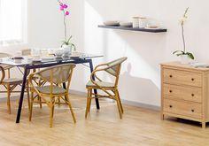 En una habitación blanca, la decoración de madera y las flores de colores vivos combinan a la perfección. #SodimacHomecenter #Sodimac #Homecenter