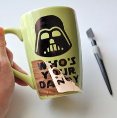 DIY Frankenstein Sharpie Mug DIY Frankenstein Sharpie Mug. Super easy craft, great for party gifts o Diy Father's Day Gifts, Father's Day Diy, Craft Gifts, Party Gifts, Sharpie Crafts, Diy Sharpie Mug, Diy Becher, Halloween Gift Bags, Diy Cat Toys