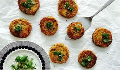 Kasvispihvit ovat maistuvaa ruokaa ja aavistuksen pähkinäisen makuinen kvinoa tekee niistä erityisen herkullisia. Päältä rapeaksi paistetut pihvit ovat sisältä ihanan meheviä. Tässä reseptissä gluteenittomia pihvejä ryhdittää Valio Juustomestarin cheddar-raaste. Tee pihvien kaveriksi raikas raejuustotsatsiki. Ihastut varmasti näihin herkkuvegepihveihin!