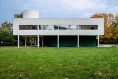 History of Villa Savoy: client's commission to Le Corbusier, initial concept, the five points of new architecture, use of concrete and role of technology