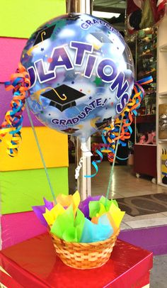 Canasto con globo graduación. www.regalosamer.com.mx Decoupage, Birthday Candy, Candy Bouquet, Ideas Para Fiestas, Candy Shop, Food Gifts, Gift Baskets, Graduation, Projects To Try