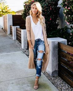 This Oaklee Pocketed Duster Cardigan looks great with ripped jeans and heels. Great way to look casual yet put together Fashion Guys, Look Fashion, Autumn Fashion, Fashion Outfits, Womens Fashion, Fashion Trends, Fashion Spring, Fashion Ideas, Feminine Fashion