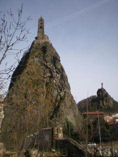 Ohne Plan kommen wir nach Le-Puy-en-Verlay und ich frage mich, wie man auf die Idee kommt, eine Kirche auf einen Felsen zu bauen.  Without a plan we arrive at Le-puy-en-velay and I ask myself how on earth is it possible to build a church on a mountaintop.