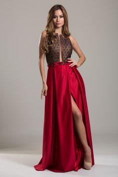 Vestido Longo Vermelho com estampa, com decote e corte moderno, que valoriza o corpo da mulher, deixando-a deslumbrante. Agende com a gente e alugue.