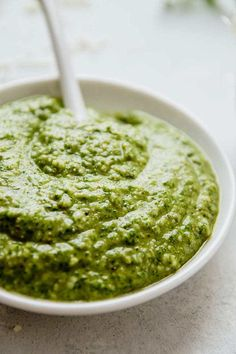 This homemade arugula pesto recipe is ready in five minutes! With walnuts, parmesan cheese, and lemon juice for a pesto sauce perfect on pasta or chicken. Pesto Sauce For Pasta, Creamy Pesto Sauce, Pesto Pasta Salad, Pine Nut Recipes, Wine Recipes, Cooking Recipes, Arugula Pesto Recipe, Nut Free Pesto, Pizza