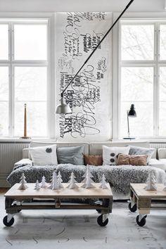 Дизайнер и каллиграф Ylva Sharp отреставрировал здание бывшей школы 1901 года постройки в Hjortnäs за пределами  Leksand, Швеция. Весь дом в 310 квадратных метров на озере Siljan украшен персональными рождественскими украшениями от известного дизайнера, который славится своим декором всего: от подушек до керамики.