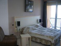 Hôtel Restaurant LA PIETRA *** L'Ile-Rousse Situé sur la presqu'île de la Pietra, vous admirerez chaque jour les îles de la ville et la Méditerranée.  Les chambres rénovées récemment sont toutes équipées d'un balcon et vous offrent des vues uniques sur la mer et le Cap Corse ou sur l'ancienne tour génoise de la ville. - #SomeroContest2015 by @RevezNexus