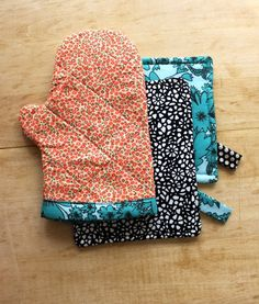 DIY Oven Mitt and Hot Pad ~ sew an oven mitt out of fabric scraps. (21 Adorable DIY Projects To Spruce Up Your Kitchen)