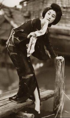 A beautiful portrait of a Geisha dipping her toes in a canal Geisha Samurai, Female Samurai, Turning Japanese, Japanese Beauty, Japanese Lady, Japanese Style, Vintage Japanese, Ansel Adams, Japanese Kimono