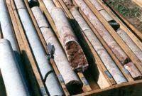 Testemunhos de sondagem. Amostras de rochas retiradas durante a perfuração do subsolo por equipamentos de sondagem. Geologia na Escola - Mostruário - Serviço Geológico do Paraná - Mineropar