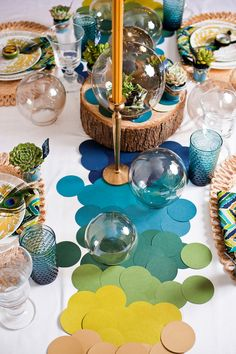 I love crafts that use paint chips! I always offer to pay for them at the hardware store. Paint chips/color cards from your local hardware store and a large circle punch make this gorgeous table runner! Circle Table, Paper Table, Festa Party, Partys, Paint Chips, Thanksgiving Table, Colored Paper, Event Decor, Gala Decor