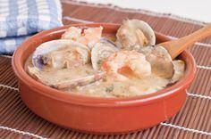La merluza al horno con gambas es un plato ideal para servir con arroz, ya que la salsa de este plato es muy sabrosa.