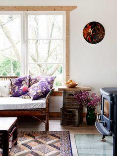 Side table from crates, Keltainen talo rannalla: Kaksi kaunista kotia ja väriä syksyyn