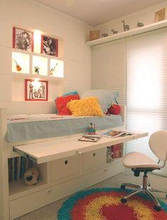 Uma boa ideia abre os espaços de qualquer ambiente. Essa inspiração combina nichos, mesinha e cama, e ainda conta com outros cantinhos que deixam o ambiente personalizado.
