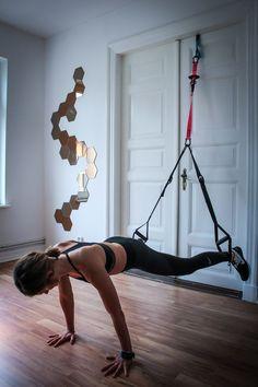 Plank Jacks im Slingtrainer - TRX Übung für die mittlere und seitliche Bauchmuskulatur