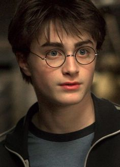 Daniel Radcliffe is seriously 26 years-old today. It seems like just yesterday he was still a little kid preparing to go to Hogwarts for the first time, but Harry Potter Tumblr, Harry James Potter, Mundo Harry Potter, Harry Potter Icons, Harry Potter Pictures, Harry Potter Aesthetic, Harry Potter Cast, Harry Potter Universal, Harry Potter Characters