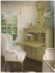 simple English pine desk with white chair love the clock Swedish Decor, Swedish Style, Swedish House, Swedish Design, French Style, Pine Desk, Swedish Interiors, Country Interiors, Vibeke Design