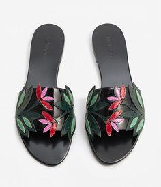 Flache Sandale mit Blumenapplikation von Mango (Best Summer Sandals 2017 on Hey Pretty)