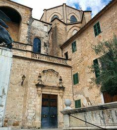 Angles in #Sineu #Mallorca. Love love the #architecture.