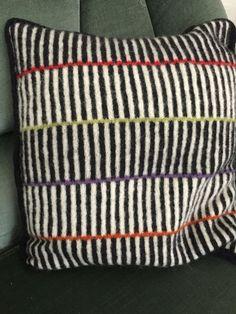 Stripes - insp til jaquare hækling Knitted Cushions, Knitted Blankets, Knitting Designs, Knitting Patterns, Glam Pillows, Creative Knitting, Basic Embroidery Stitches, Knitting Stiches, Knit Pillow