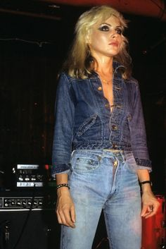 Style icon and punk legend Debbie Harry of Blondie is seen here in a Canadian Tuxedo consisting of high-waisted jeans and a denim jacket in Blondie Debbie Harry, Debbie Harry Style, Debbie Harry Hair, Vintage Jeans, Look Vintage, Vintage Stil, Five Jeans, All Jeans, Skinny Jeans