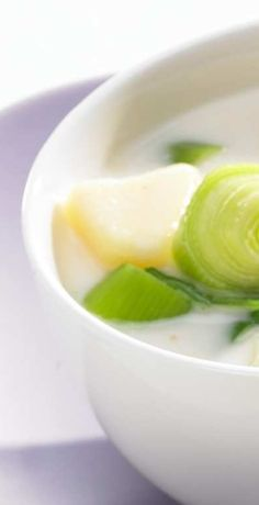 Probieren Sie unser Thermomix Rezept für eine leckere Kartoffel-Porree-Suppe - ein perfektes Gericht für die kalten Tage. REWE wünscht viel Spaß beim Kochen & Genießen!  https://www.rewe.de/rezepte/thermomix-kartoffel-porree-suppe/