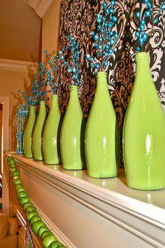 Wasserflaschen aus Glas einfach farbig anmalend und als Vase verwenden.