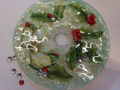 ¡Tenéis que ver este tutorial! Se trata de decorar CDs viejos con decoupage para usarlos como bases de velas. ¡Atentos! Christmas Goodies, Christmas Holidays, Christmas Bulbs, Christmas Crafts, Cd Crafts, Crafts To Do, Crafts For Kids, Recycled Cds, Recycled Crafts