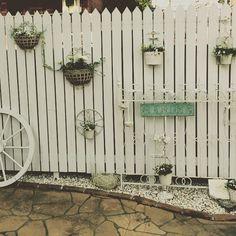 #ナチュラルガーデン #ガーデン#ゆるりらガーデン#輸入住宅 #庭#ウッドフェンス#庭作り#ガーデン雑貨#雑貨#アイアン#植物#フレンチガーデン #車輪#花#寄せ植え ゆるりらガーデン、ガーデン作家の早苗です(*^_^*) シンプルなホワイトのウッドフェンスがあると、空間を可愛く作りたくなりますね(*^_^*) ゆ