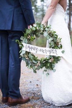 winter green wedding wreath decor / http://www.himisspuff.com/wedding-wreaths-ideas/