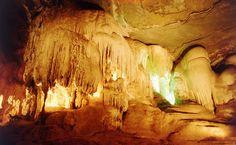 No salão das Piscinas, as colunas calcárias descem do teto como cachoeiras petrificadas