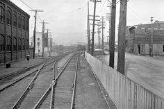 Une voie ferrée traversait Saint-Roch en 1933 sur la rue du Prince-Édouard pour aller rejoindre la gare du Palais, anciennement «gare Union». Saint Roch, France, Quebec City, Railroad Tracks, Train, Images, Industrial, Learn French, Train Station