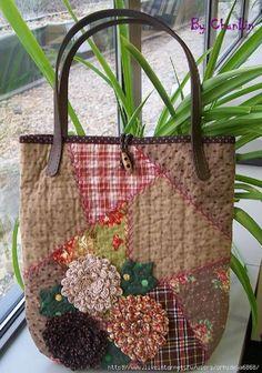 patchwork bag with flowers Handmade Purses, Handmade Handbags, Patchwork Bags, Quilted Bag, Purse Patterns, Fabric Bags, Cute Bags, Zipper Bags, Beautiful Bags