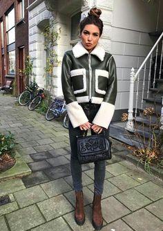 Negin Mirsalehi, winter outifit, jaqueta de couro com pelo de carneiro, preto e branco, calça jeans azul escura, ankel boot de camurça marrom