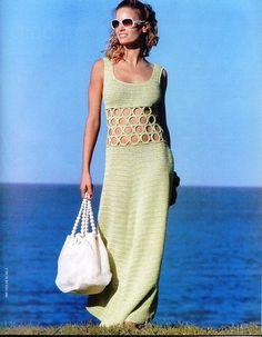 O vestido verde é leve e belo. As argolas, conferem tudo o esplendor da peça.
