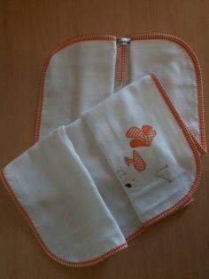 Confeccionada em tecido fralda com 04 camadas para melhor absorção. Patch apliquée e viés em tecido 100% algodão.  Ideal para secar bebês recém-nascidos. R$ 42,90