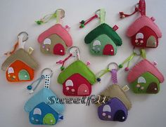 ♥♥♥ Para as chaves das nossas casinhas. Sewing Crafts, Sewing Projects, Craft Projects, Felt Christmas, Christmas Crafts, Felt Crafts, Diy And Crafts, Felt Keychain, Felt House