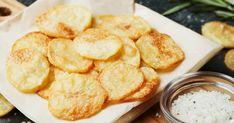 Előfordul, hogy égető vágyat érzünk egy tál sült krumpli iránt, de nem szeretnénk a boltig sem lemenni érte. Baked Potato Oven, Oven Baked, Microwave Potato, Potato Recipes, Snack Recipes, Patatas Chips, Salt And Vinegar Potatoes, Homemade Sour Cream, Crispy Chips