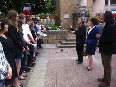 Les enseignants M. Lazaroo, Mme Banzept, Mme Dufresse et leurs élèves lors de la cérémonie Hommage à Jean Moulin en présence du Préfet de Foix