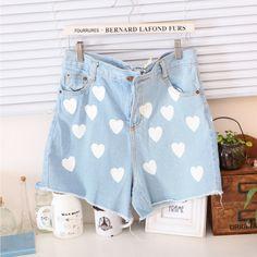 bij www.miss-p.nl Korte lichtblauwe spijkerbroek bedrukt met witte harten design. Ook heeft deze korte broek twee zakken aan voor- en achterkant. Hij zit hoog in de taille.