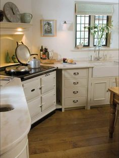 I love the idea of having the stove in the corner with the fireplace like alcove above it. Much better than a pain in the butt corner base cabinet. Aga Kitchen, Kitchen Worktop, Kitchen Corner, Country Kitchen, Kitchen Decor, Kitchen Ideas, Corner Stove, Corner Base Cabinet, Larder Unit