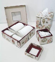 CARTONNAGE Gainés de papiers ou de tissus, les objets des élèves de l'atelier sont bien chics ! Ensemble de salle de bains gainé de tissus coordonnés. Réalisé par Sylviane. Boite à thé, gainée de simili cuir et de papier reliure à la cuve. Réalisée...