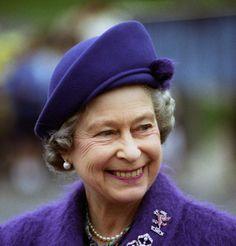 La Reine Elisabeth en tailleur violet